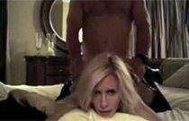 Un giovane uomo fa sesso con una moglie matura