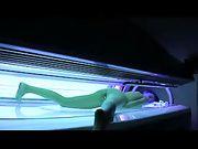 Una ragazza sexy cerca di masturbarsi nel solarium