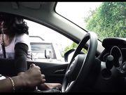La ragazza sta guardando un uomo di colore che si masturba in macchina